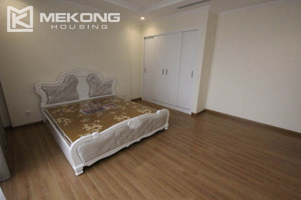 4-bedroom apartment for rent in Vinhomes Nguyen Chi Thanh 8