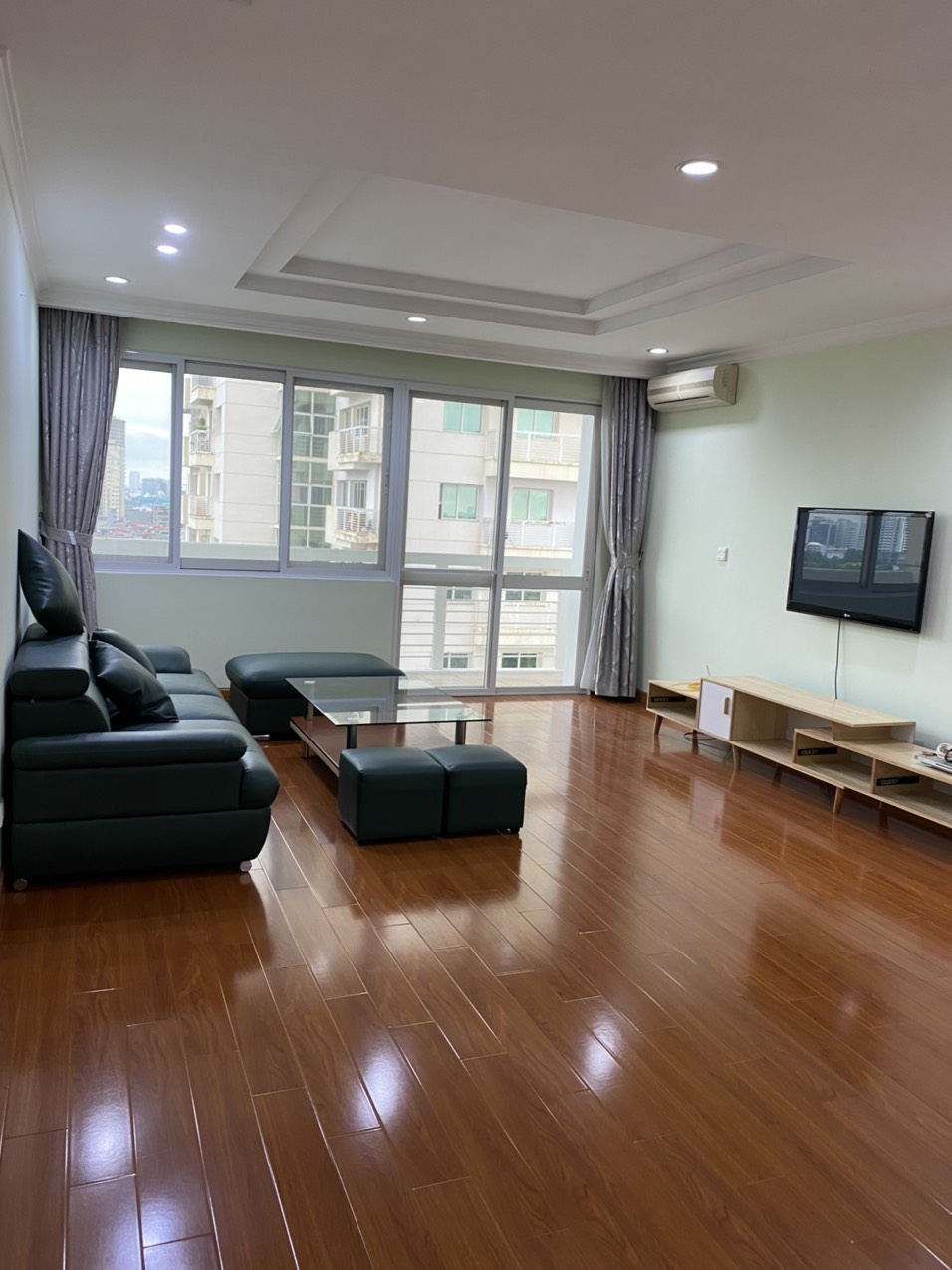 At E4 building in Ciputra apartment for rent, has an area of 153 sqm designed with 3 bedrooms.