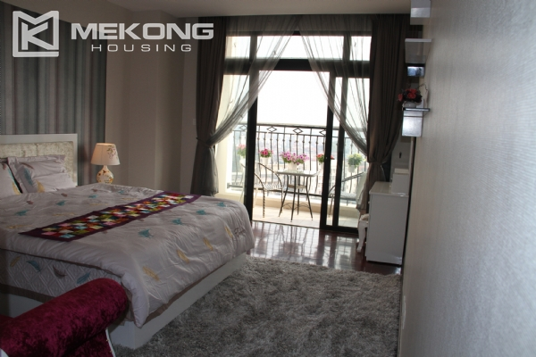 Charming apartment with 2 bedrooms on high floor for rent in Royal City, Thanh Xuan district 8