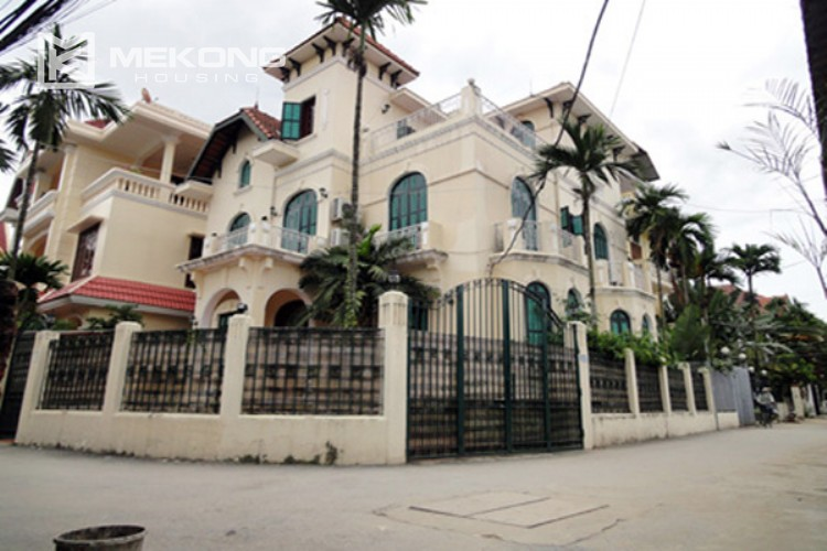 House at the corner for rent with fully furnished in Xom Chua 1
