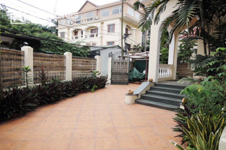 House at the corner for rent with fully furnished in Xom Chua 2