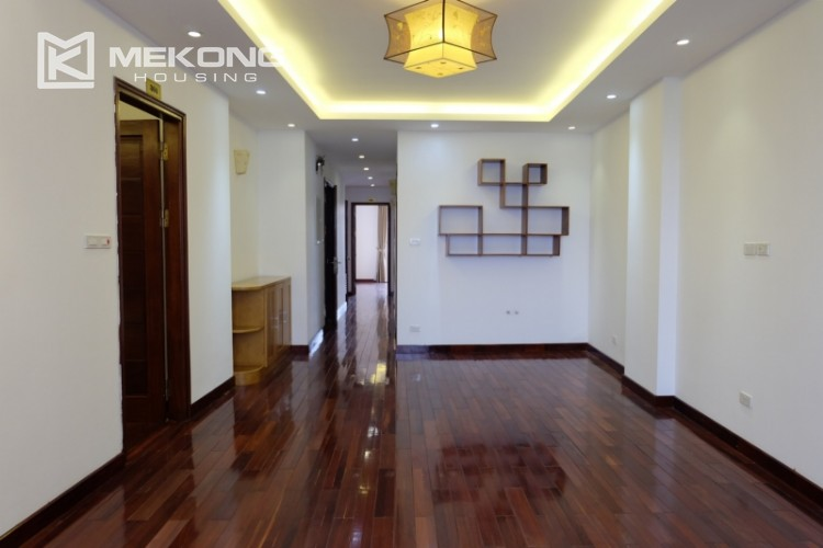 Lake view spacious 04 bedroom apartment in Xuan Dieu 12