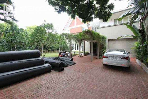 Spacious and modern villa with large garden for rent in Tay Ho district 5
