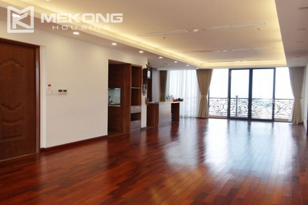 Spacious penthouse with panorama Westlake view for rent in Xuan Dieu street 3