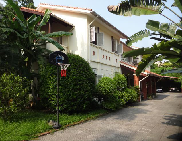 Spacious villa with 6 bedrooms and outdoor swimming pool for rent in Dang Thai Mai street