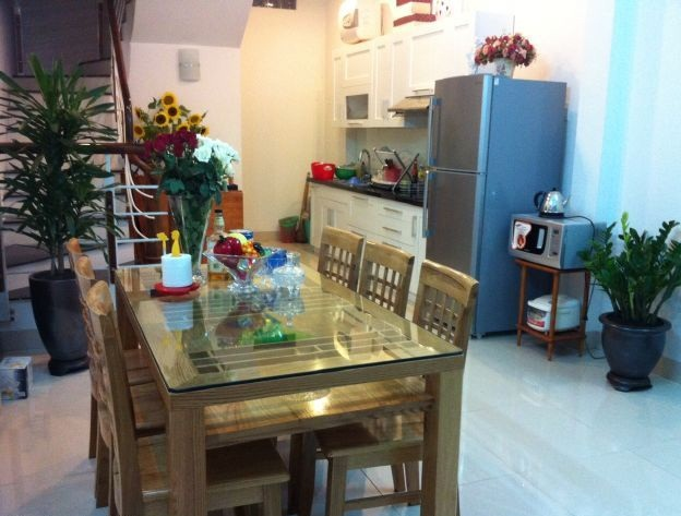 The 3 bedroom house with 950 USD/month is located on Dang Thai Mai street, Tay Ho district, Hanoi
