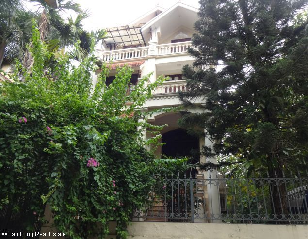 The 3 storey house with 4 bedrooms is for hire on Au Co street, Tay Ho district, Hanoi
